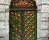 Drzwi wejściowe do Domu Bractwa Czarnogłowych