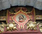 Nad drzwiami widnieje wizerunek św. Maurycego